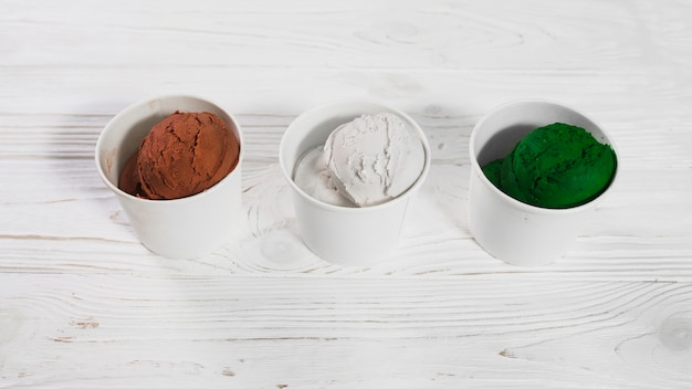 Tazas con helados surtidos