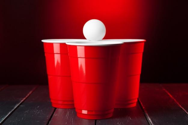 Tazas para el juego beer pong sobre la mesa