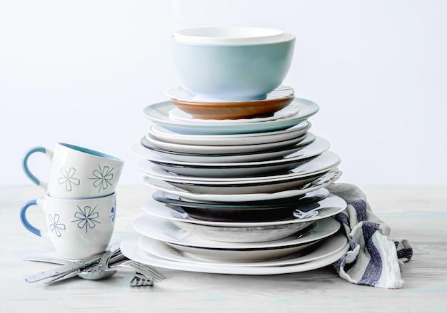 Tazas y platos limpios
