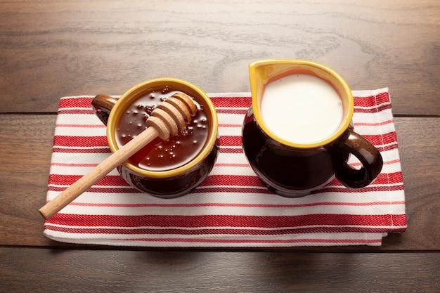 Tazas de primer plano con miel y leche