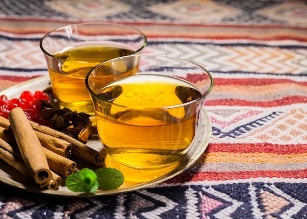 Tazas de té con canela en plato
