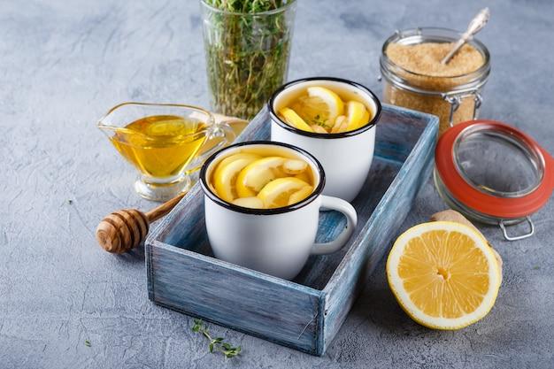 Tazas de té de jengibre con miel y limón.