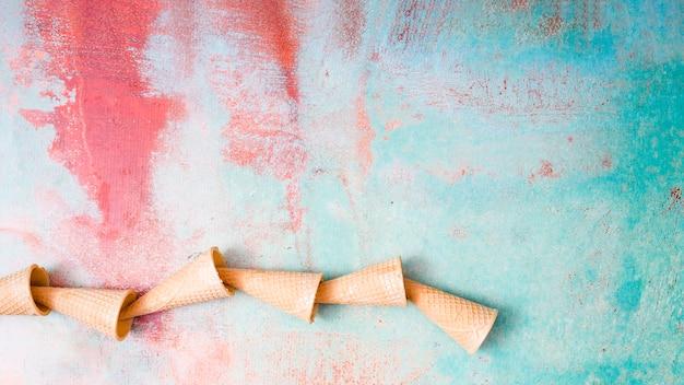 Tazas vacías de la galleta en fondo colorido