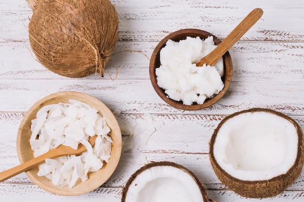 Tazón de aceite de coco vista superior con cocos