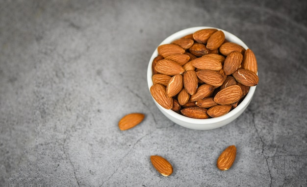 Tazón de almendras en gris cierre de almendras nueces proteína natural alimentos y para merienda