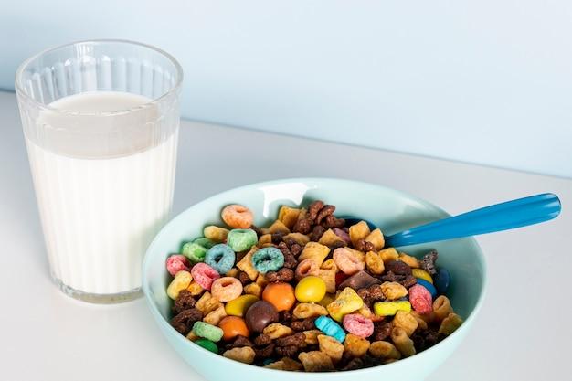 Tazón de alta vista de deliciosos cereales frescos y leche