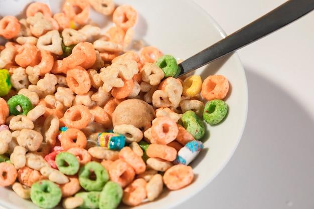 Tazón alto ángulo con cereales y cuchara
