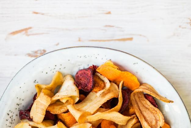 Tazón de aperitivo saludable de chips de vegetales, patatas fritas
