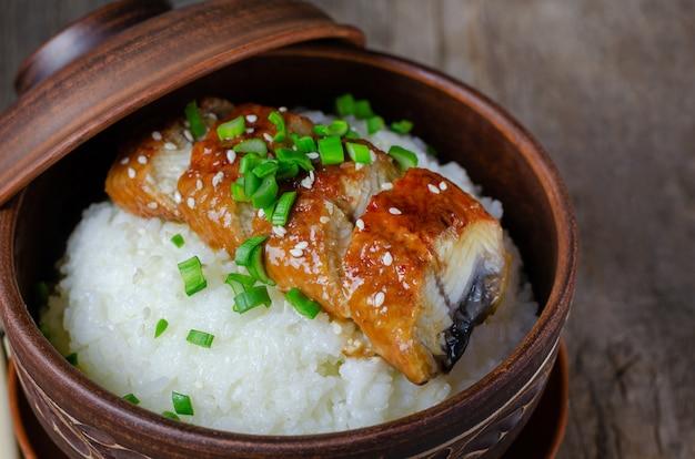 Tazón de arroz cubierto con anguila asada en salsa de unagi.