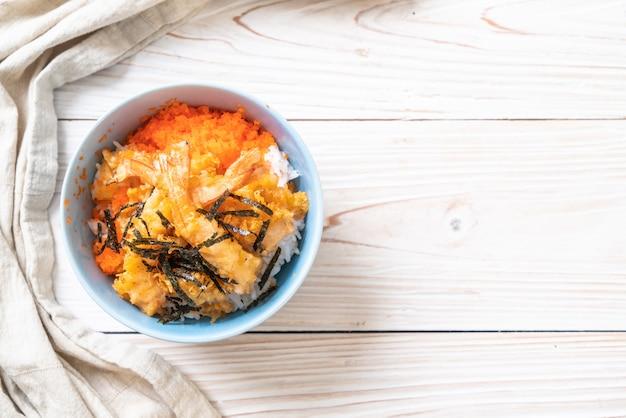 Tazón de arroz tempura de gambas con huevo de camarón y algas
