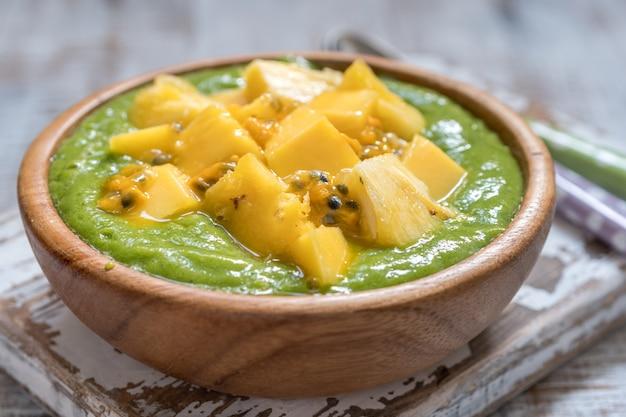Tazón de batido verde con frutas y col rizada