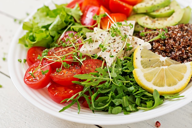 Tazón de buda vegetariano con quinua, queso de tofu y verduras frescas. concepto de comida saludable. ensalada vegana