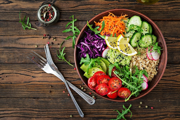 Tazón de buda vegetariano con quinua y verduras frescas. concepto de comida saludable. ensalada vegana vista superior. lay flat
