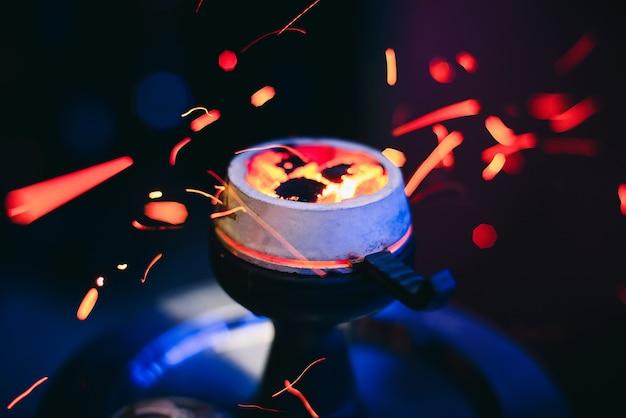 Tazón de la cachimba con brasas candentes