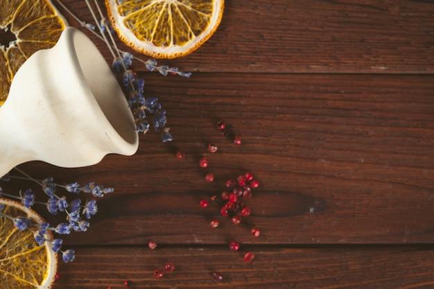Tazón de cachimba en la mesa de madera oscura. de cerca.