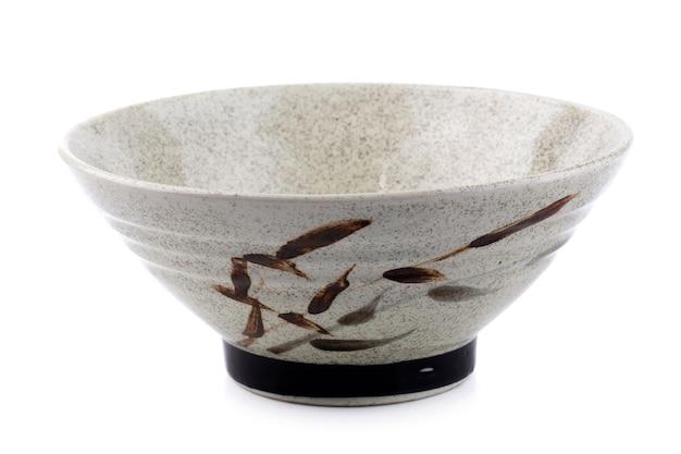 Tazón de cerámica aislado en un fondo blanco