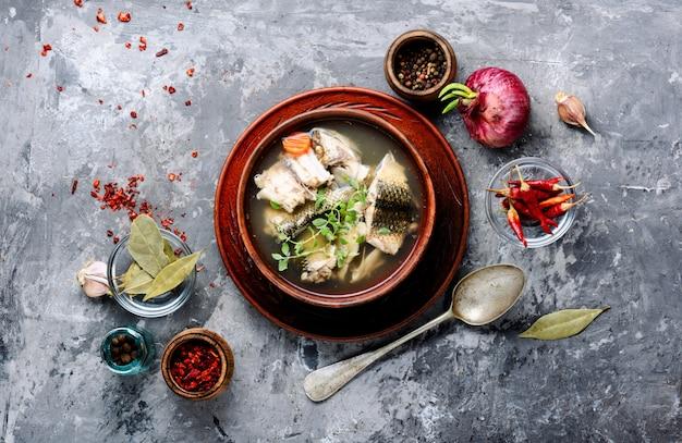 Tazón de cerámica con sopa de pescado