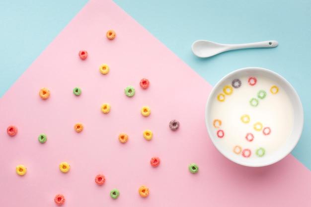 Tazón de cereal colorido vista superior