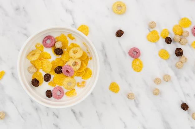 Tazón de cereal sobre fondo de mármol