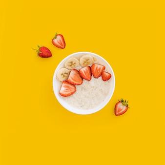 Tazón con cereales y frutas