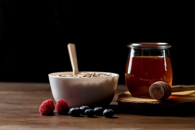 Tazón con cereales de granola y yougurt en el escritorio