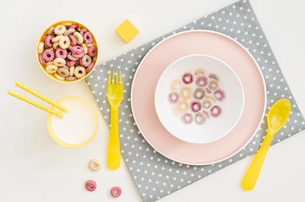 Tazón con cereales y leche