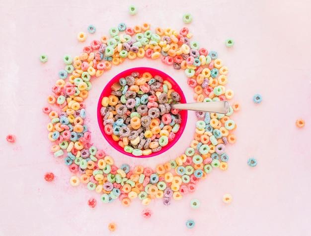 Tazón de cereales en marco redondo de copos de maíz
