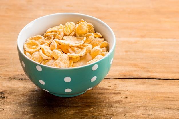 Tazón de cereales en la mesa de madera