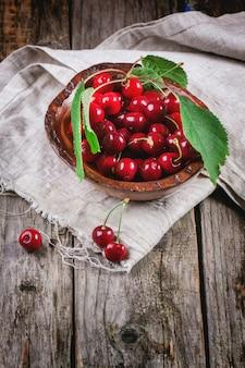 Tazón de cerezas frescas