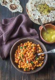Tazón de chana masala con pan plano