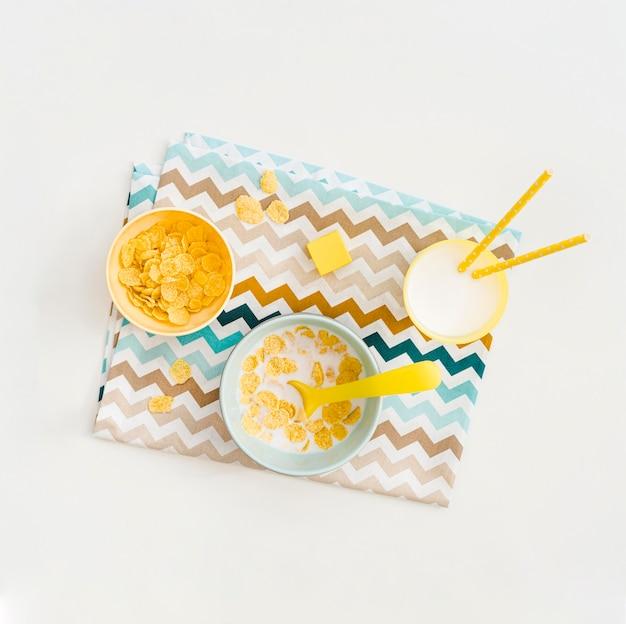 Tazón con copos de avena y leche para bebé