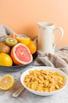 Tazón de copos de maíz de alto ángulo con frutas