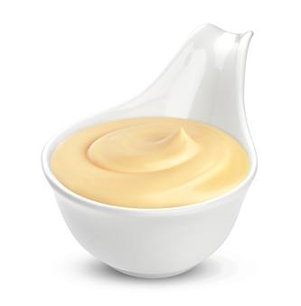 Tazón de crema agria aislado en blanco, con trazado de recorte
