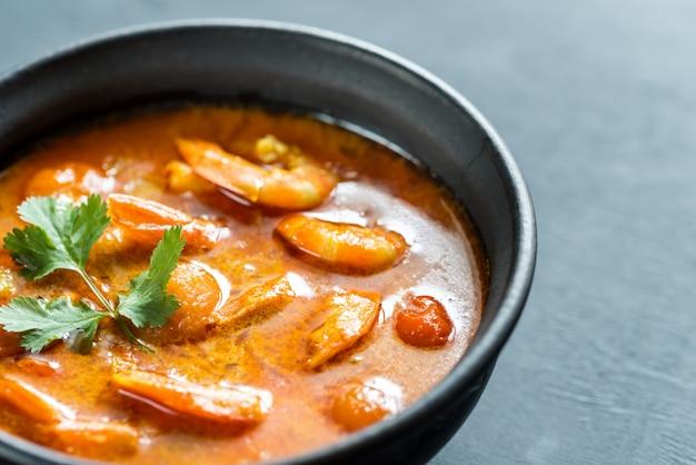 Tazón de curry amarillo tailandés con mariscos