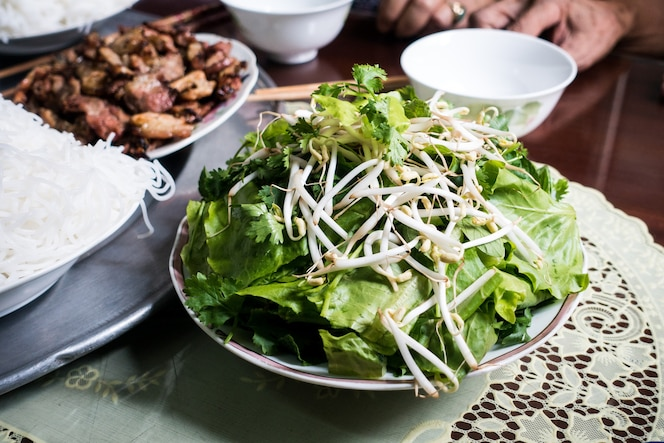 Tazón de fuente de hierbas frescas y brotes de soja en una mesa
