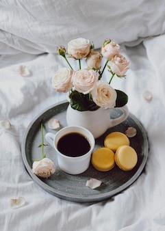 Tazón de desayuno con café y macarons