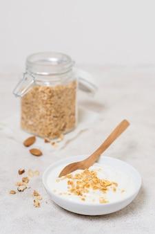 Tazón de desayuno de primer plano con yogur y avena