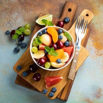 Tazón de ensalada de fruta fresca saludable.
