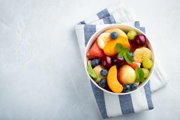 Tazón de ensalada de fruta fresca saludable
