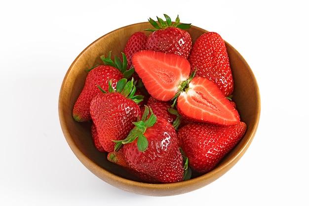 Tazón con fresas aisladas