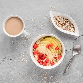 Tazón con frutas y cereales en la mesa