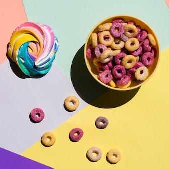 Tazón de fuente de cereales amarillo fruta bucles vista superior