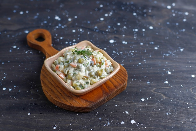 Tazón de fuente de ensalada rusa tradicional.