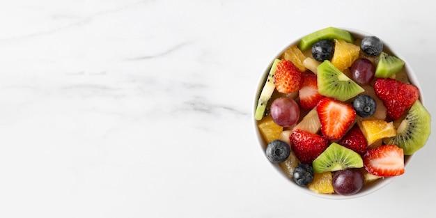 Tazón de fuente de espacio de copia de fruta saludable