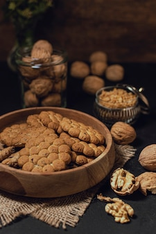 Tazón de fuente de galletas con el fondo borroso