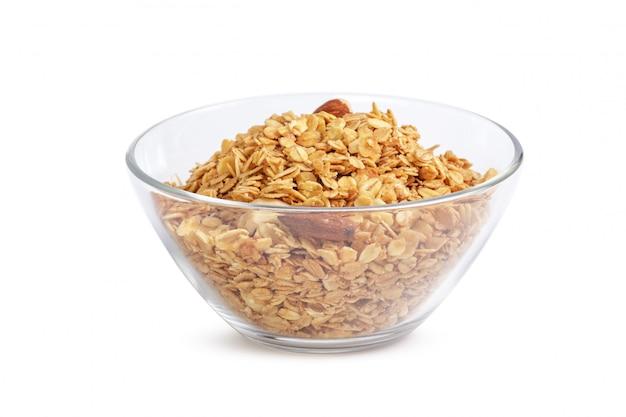 Tazón de fuente de muesli de grano entero aislado en blanco
