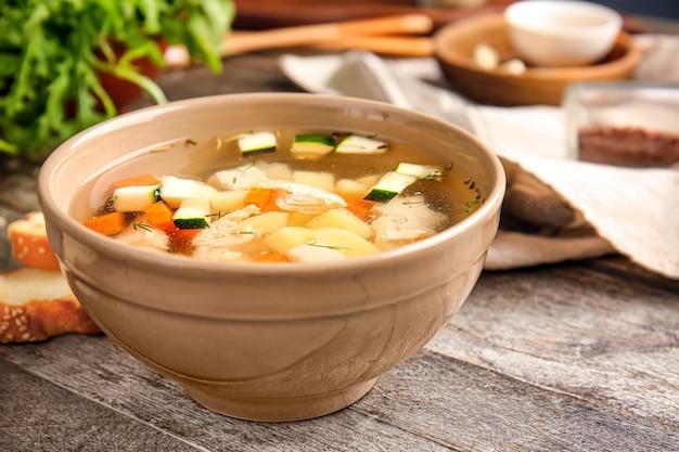 Tazón de fuente de sopa sabrosa en la mesa de madera
