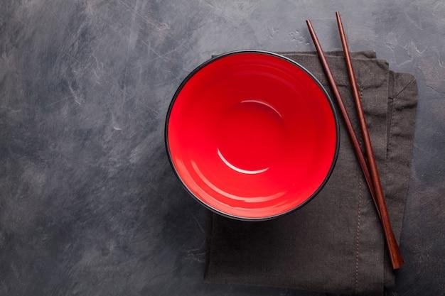 Tazón de fuente vacío para los tallarines chinos.