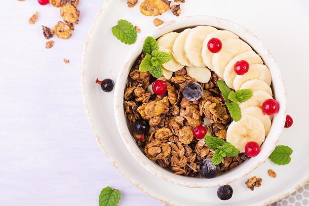 Tazón de granola casera con yogurt y bayas frescas