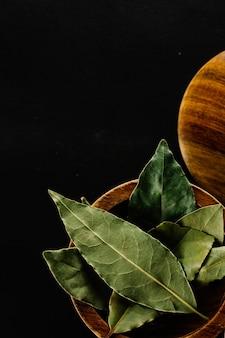 Tazón con hojas de laurel